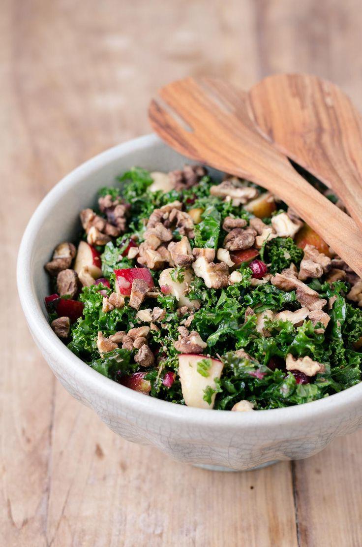 Grønkålssalat med æble og saltede valnødder. Super lækker salat med grønkål.