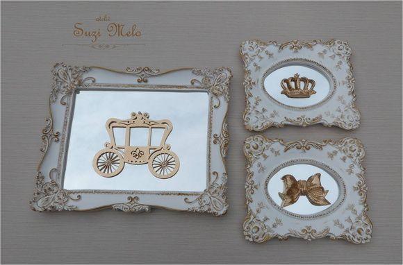 Trio de quadros, molduras branco com bordas dourada Apliques de laço e coroa em resina dourada Aplique de carruagem em MDF dourado com detalhes em perolas. Fundo dos quadro em espelho Quadro grande 28,5x23 cm Pequenos 19x16,5 cm R$ 179,90