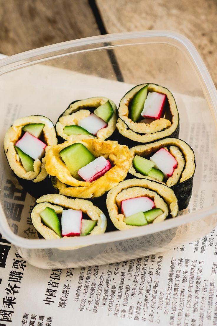 Voor deze sushi heb je geen rijst nodig, je maakt hem met omelet. Een gezonde lunch en een perfect voorbeeld van lunch zonder brood dat goed in je lunchbox mee te nemen is.