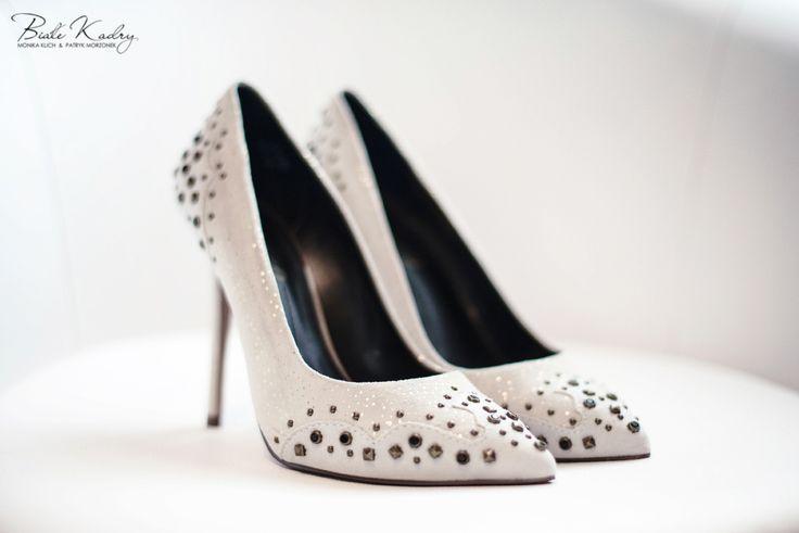 Przygotowania ślubne  #panna #mloda #wedding #preparation #shoes #white #białe #buty #oryginalne #ćwieki #pannamloda #ślubnagłowie