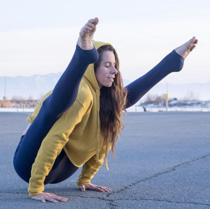 @alissayoga in the #AloYoga Cropped Box Hoodie #yoga #inspiration