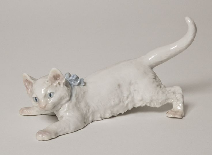 Figure, playful cat with a bow on her neck | Otto Jarl (Design) and Porzellan-Manufaktur Meissen (Production) | c.1905 | Nationalmuseum, Sweden | CC BY-SA