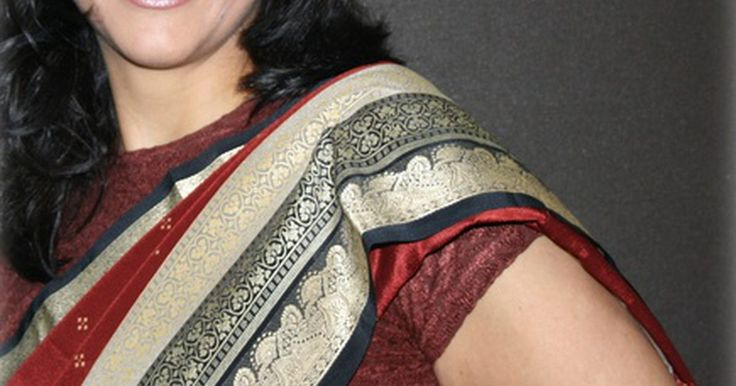 Cómo hacer una blusa indio sari. Una blusa indio sari se puede hacer de un patrón comercial, e ir ajustándola a las dimensiones personales de cada persona. También conocido como un choli, esta blusa cubre los brazos y la parte superior del pecho, con variaciones. Ésta se puede hacer sin mangas, con diferentes formas de cuello y una longitud corporal variable que puede llegar ...