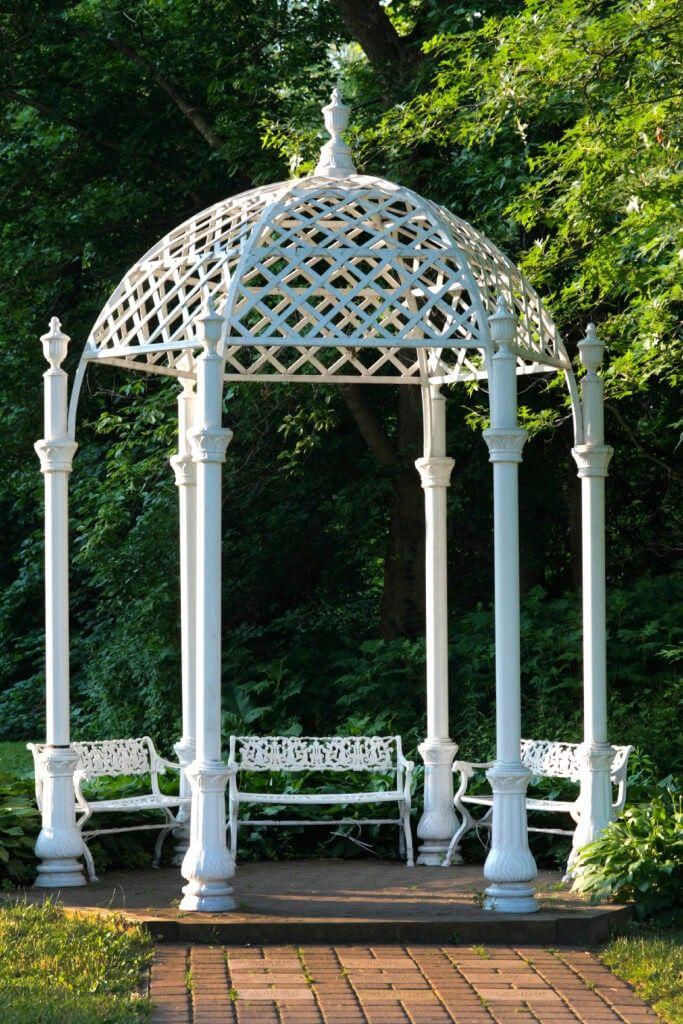 Dieser Pavillon Ist Ein Großartiger Ort Für Ein Paar Entspannende Bänke.  Rückzug Zu Diesem Pavillon