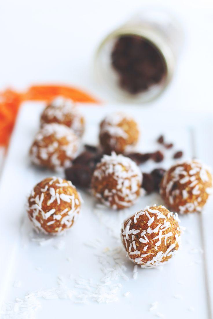raw carrot cake bliss balls // raw, vegan, gluten-free, refined sugar-free bite-sized carrot cake!