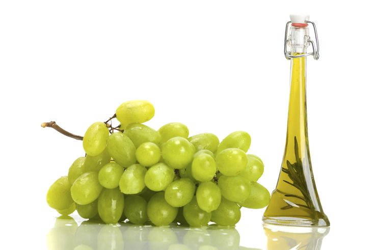 ¿Conoces las virtudes del aceite de semillas de uva? Este aceite también conocido como de pepitas de uva, ofrece una serie de beneficios en cosmética, medicina o cocina. Veamos de qué se trata. Usos del aceite de semilla de uva La uva es una fruta rica en azúcar, en vitaminas y en