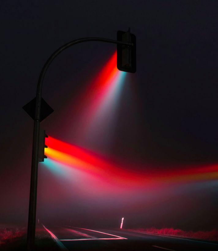 Com grande habilidade técnica, Lucas Zimmerman fotografou semáforos em longa exposição. A noite de nevoeiro ajudou as cores a se destacarem e o resultado não poderia ser outro: as imagens atraem muito o olhar!