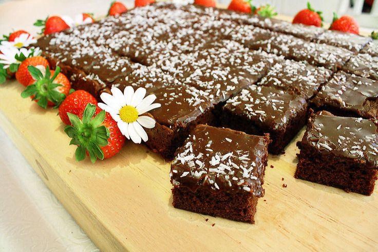 Sjokoladekake, gulrotkake, tropisk aroma og pavlova. Alle kan bakes i langpanne og perfekte når du skal servere til mange.