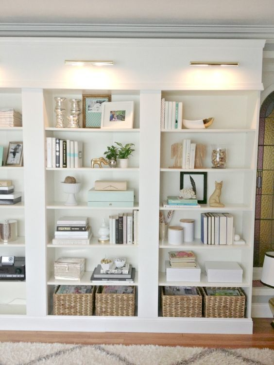 These are bookshelf goals! Some great ideas for organizing bookshelves in your home.