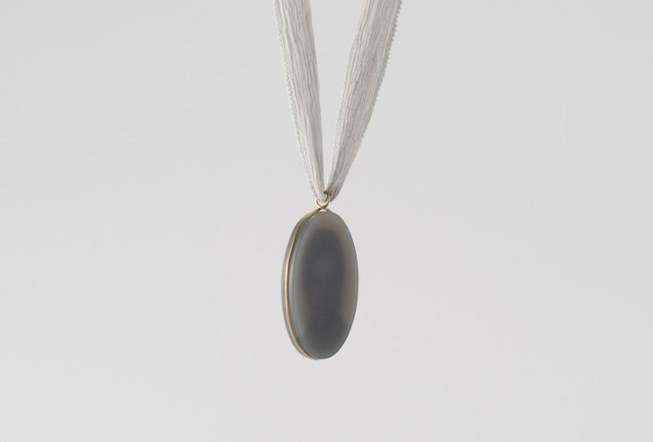 Medallion in different light situations (worn on the body). Natural agate, 750 gold, print