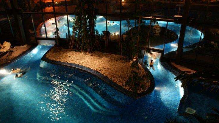 Termas de Unhais da Serra - Hotel termal H2O, na Serra da Estrela - Portugal, com piscina interior/exterior separadas por cortina de agua.