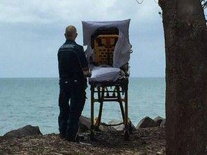 A fotografia de uma mulher deitada numa maca numa praia australiana inundou as redes sociais. Uma doente terminal conseguiu realizar um desejo graças à equipa de paramédicos de Queensland. . http://sicnoticias.sapo.pt/mundo/2017-11-23-Paramedicos-cumprem-desejo-de-doente-terminal/