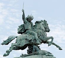 Statue équestre de Vercingétorix par Bartholdi, à Clermont-Ferrand - En -58, Jules César, prenant pretexte de la migration vers la Saintonge des Helvètes forcés par la pression croissante des Germains d'Arioviste, envahit la Gaule à la tête de ses légions romaines et des contingents alliés gaulois pour venir en aide aux inféodés traditionnels de Rome, les Eduens, menacés à leur tour par les Germains