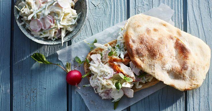 En krispig och krämig coleslaw är ett fräscht och gott tillbehör till såväl kött som fisk. Perfekt till hamburgare och kryddiga korvar också.