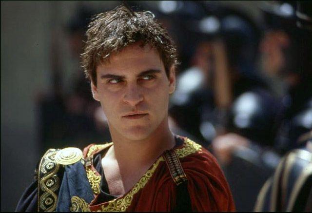 l 39 imperatore commodo indossa la porpora nel film il gladiatore di ridley scott 2000 fin. Black Bedroom Furniture Sets. Home Design Ideas