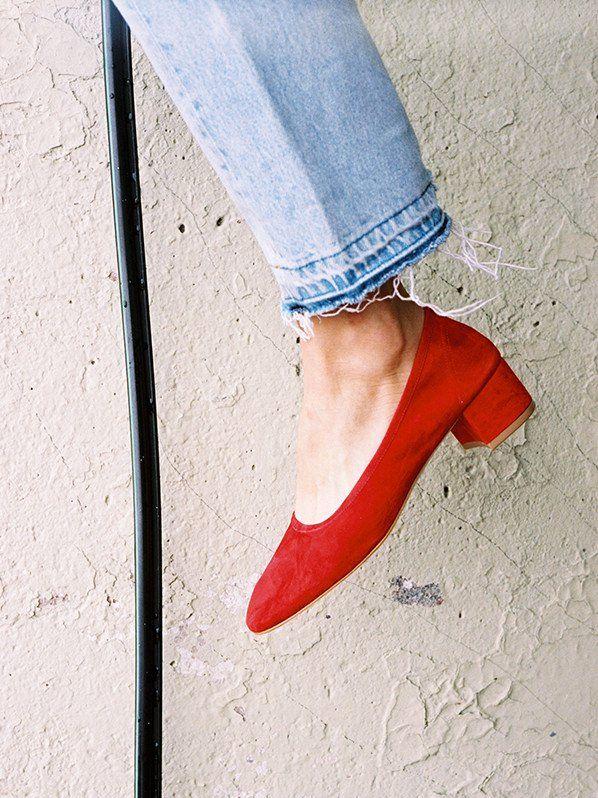 Rien de tel qu'une paire de souliers rouges pour sophistiquer un jean bleu délavé (escarpins Maryam Nassir Zadeh)