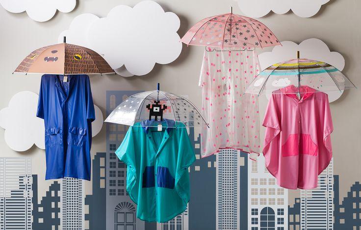 ¡Qué la diversión siga todo el año! Tus hijos podrán divertirse sin preocupaciones con nuestras capitas y paraguas.