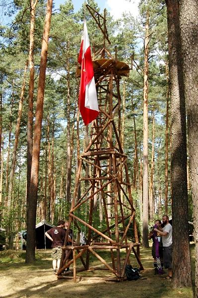 Maszt na podobozie górnośląskich harcerzy - wieża spadochronowa.