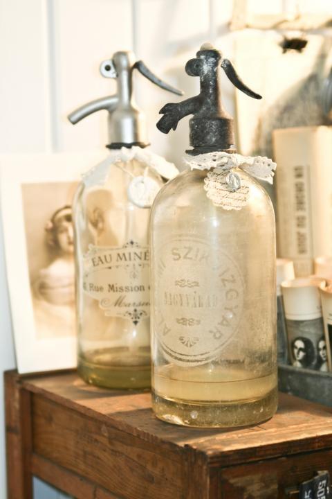 """SODA. El primer paso que dio lugar a la elaboración de los refrescos modernos se produjo a finales del siglo XVIII, cuando comenzó a utilizarse el término """"soda"""" para denominar a una bebida elaborada a partir de agua, bicarbonato sódico y anhídrido carbónico."""