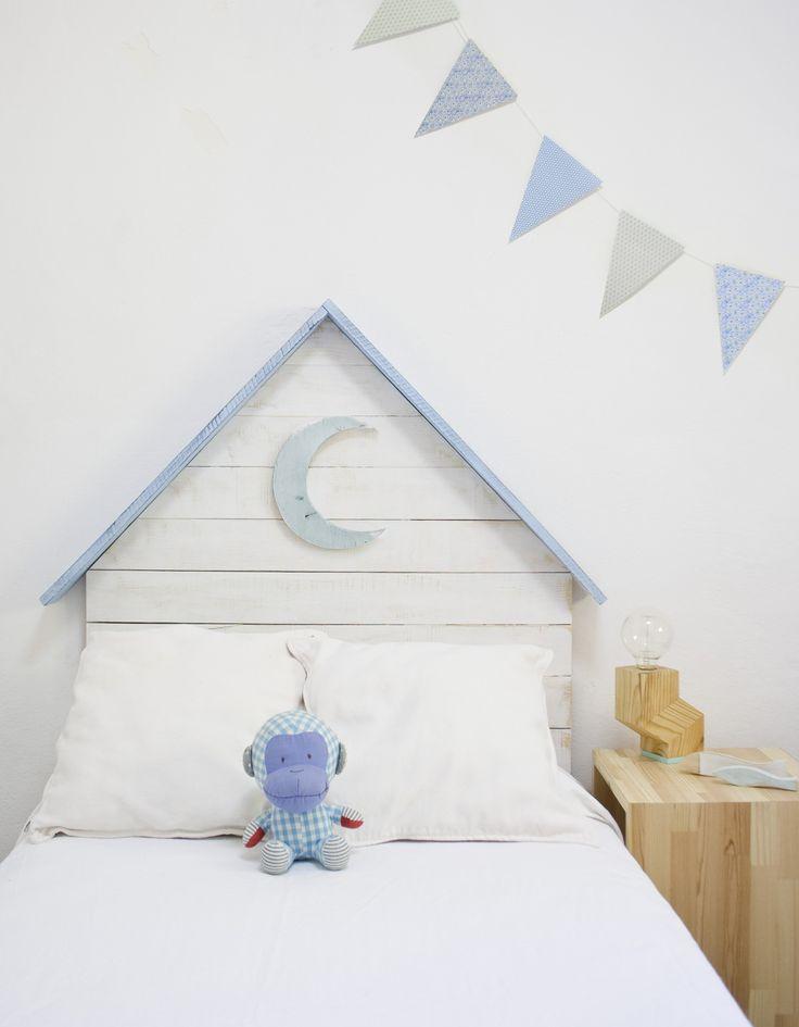 Cabecero infantil de madera color azul con luna azul también en madera con pintura decapada. Producto handmade, para niños y niñas en madera de palets. Puedes adquirirlo en www.cabecerosymadera.es