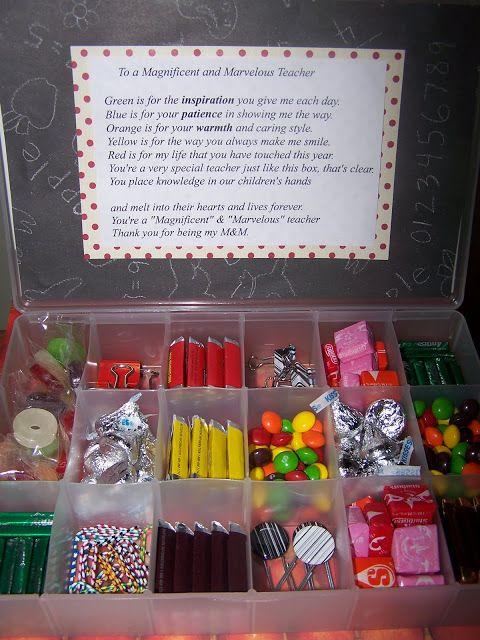 Toch superleuk zo'n doos (  van  b.v.Xenos of Wibra ) met állerlei leuke en lekkere dingen erin. In de deksel een leuk afscheidsversje......... Teacher Appreciation Gifts