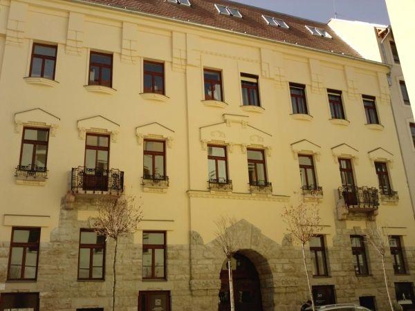 Holló utcai különleges burkolat és kedves ablakok