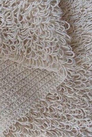 Коврик с высоким ворсом связан крючком. Такой вязаный коврик хорошо использовать в ванной комнате или спальне, так на него приятно встать голыми ногами. С изнаночной стороны, коврик не имеет ворса. Нужно учитывать, что на такой коврик уйдет повышенное количество пряжи. Для вязание коврика выбирайте пряжу потолще и крючок №4 и больше. Связанный своими руками коврик может отлично разнообразить интерьер и придать ему современный, самобытный вид. Как связать ковер крючком вы можете посмотреть…