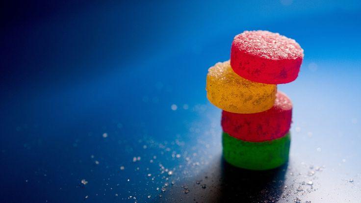 Gominolas cilindricas de colores apiladas.