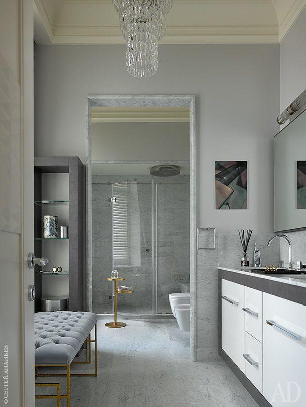 Главное достоинство хозяйской ванной комнаты— два окна. Пол, нижняя часть стен и дверной проем отделаны мрамором. Банкетка, Worlds Away.