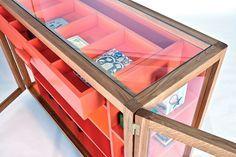 Стеклянные шкафы Vitrina Collection / Студия дизайна Hierve представила свою коллекцию стеклянных шкафов Vitrina Collection. Две модели стеклянных шкафов выполнены из древесины дуба и коленного стекла толщиной 4 мм, контраст этой композиции создает крашеный МДФ.