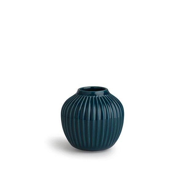 Hammershøi Vase Petroleumsblå Lille Den lille Hammershøi-vase i petroleumsblå er moderne design med en inspirerende historie. Vasen er direkte inspireret af den verdenskendte kunstner Svend Hammershøis gamle værker. Oplev de nye Hammershøi-produkter og brug dem til at skabe et unikt middagsbord, hvor vaserne med friske, farverige blomster giver dine gæster en enestående og harmonisk designoplevelse.