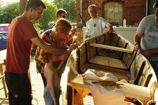 Stuart, Marike und Joren bauen im Sommer vor der Werkstatt einen #Kanadier mit #skinonframe