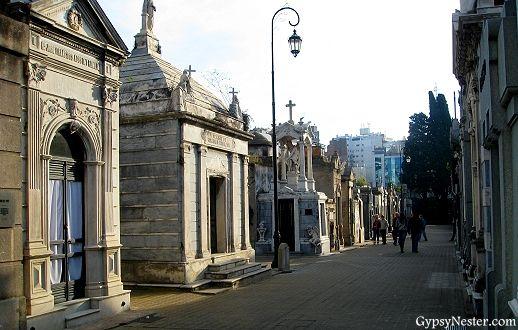 Cosa para hacer antes de morir: La Cementerio de la Recoleta en Buenos Aires. Es una ciudad bonita y ornamentada. Los monumentos puedes ocupar una tarde, y muchos residentes famosos yacen alli. Muchos turistas busca el tumba de Evita.