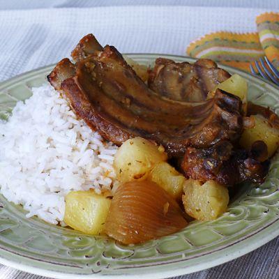 Costillas Dulces a la Hawaiiana en Slow Cooker – Jugo de manzana, azúcar morena y piña combinados con costillas dulces. ¡Una verdadera experiencia tropical!