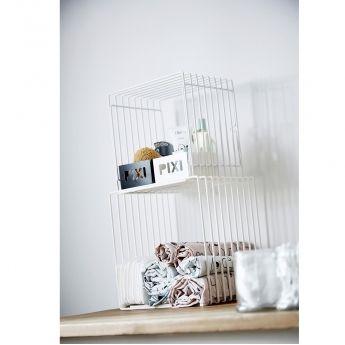 Boite de rangement enfant - métal noir - Pixi Zebee - Done by Deer  Le petit zèbre Zebee veillera désormais sur tous les petits trésors de votre enfant. Cette boite métallique de couleur noir peut être utilisé aussi bien en vide poche, qu'en boite de rangement sur une commode ou encore fixée au mur comme étagère. Très pratique, ce rangement sera être également un élément décoratif très tendance pour la chambre de votre enfant.