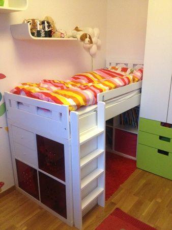 Ikea Kritter juniorsäng på två Edpedithyllor, låg loftsäng med koja!