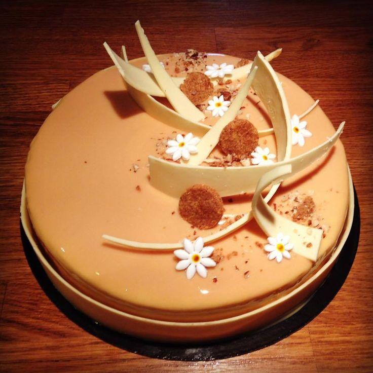 Entremet caramel vanille fève de tonka : - Streusel noisettes - Biscuit noisettes - Caramel beurre salé noisettes - Mousse vanille tonka - Glaçage caramel Streusel noisettes: 120 g de beurre 120 g de cassonnade 120 g de farine 150 g de poudre de noisettes...