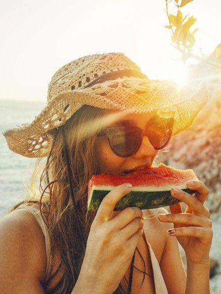 Der Sommer hält so einige leckere Verlockungen für uns bereit. Gut, dass dazu auch ziemlich viele gesunde Lebensmittel zählen. Mit diesen zwölf leckeren neuen Nahrungsmitteln kannst du diesen Sommer abnehmen.