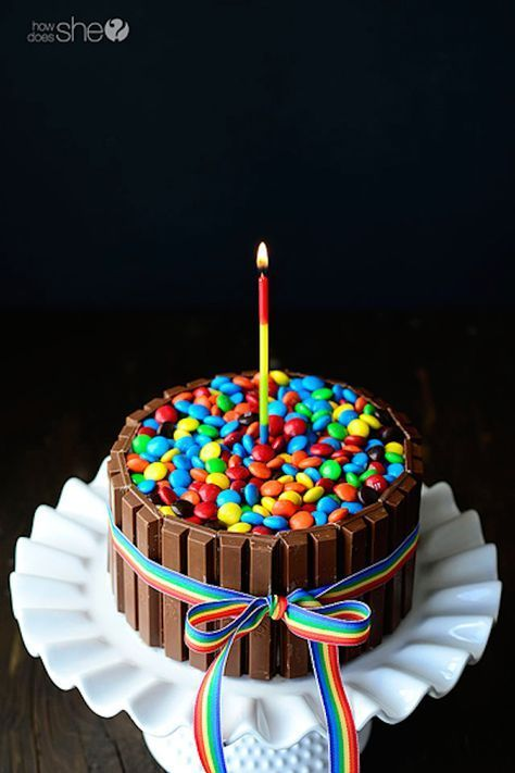 Kit-Kat Cake -This Kit Kat Cake recipe begins with chocolate cake. It's surrounded by Kit Kat Candy Bars, wrapped with a ribbon and topped with M&M's Food Cakes, Candy Cakes, Cupcake Cakes, Birthday Cake Alternatives, Cake Recipes, Dessert Recipes, Cake Tutorial, Let Them Eat Cake, Cake Cookies