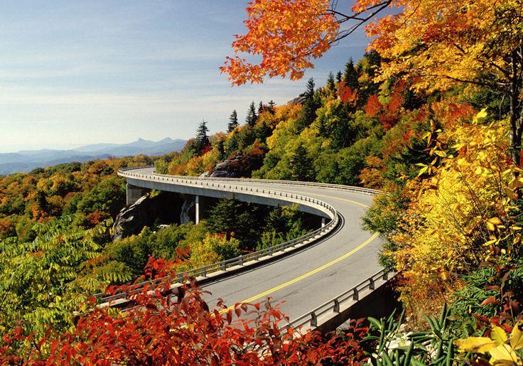 Автомагистраль Блю Ридж (Blue Ridge Parkway) известна во всем мире своими прекрасными видами. Это охраняемая парковая автодорога и наиболее посещаемая достопримечательность среди всех Национальных парков США. Она проходит в основном вдоль знаменитого Голубого хребта, являющегося частью горной системы Аппалачи. Ее длина – 755 км.  #Viatti #Viatti_шины #виатти #шины #авто #автомобиль Фото: http://tandl.me/2bYlrgR