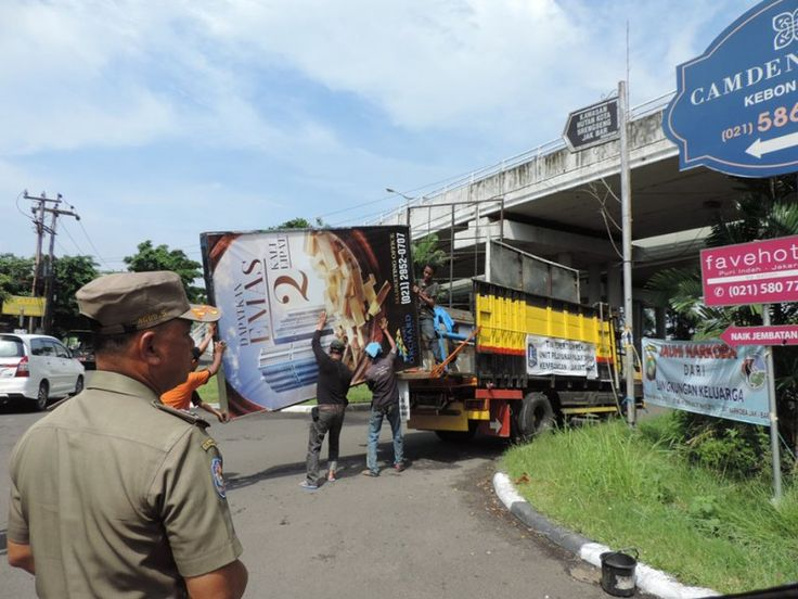 Unit Pelayanan Pajak Daerah (UPPD) Kembangan Laksanakan Penertiban Reklame.  ------------------ Sebuah Papan Reklame sedang diangkut Petugas Tim Penertiban ke mobil truk