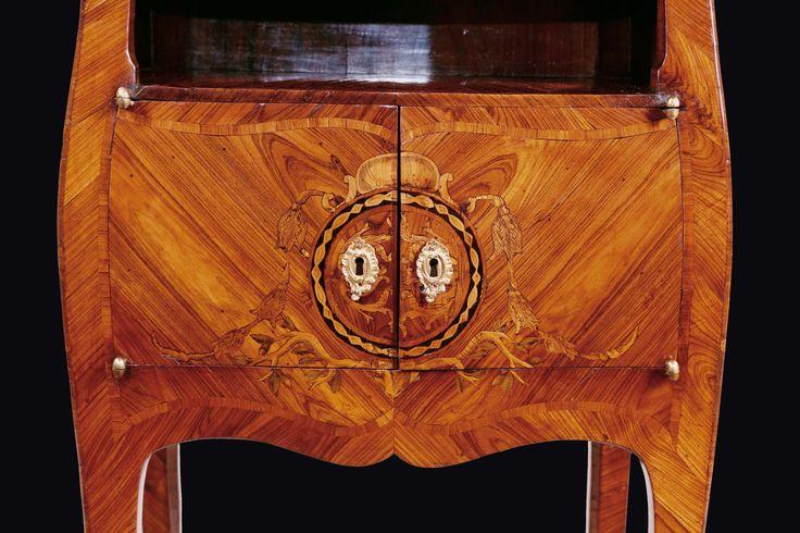 Comodino di forma Luigi XV lastronato in violetto ed intarsiato in legni vari, Genova, 1770-75 circa