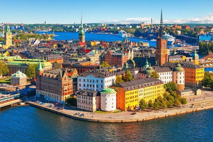 「世界一美しい首都」と呼ばれるほど美しい町、スウェーデンの首都「ストックホルム(Stockholm)」。北欧の美しいこの町が、「魔女の宅急便」で主人公・キキが暮らした街「コリコ」のモデルです。カラフルでかわいい街並みは、キキが飛んでいても違和感が無さそう・・・!
