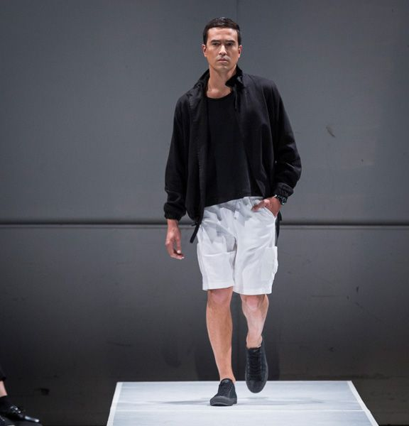 Veste avec poches passepoilées.  45% Lin 30% Viscose 20% Polyester 5% Spandex  Créée et fabriquée à Montréal.  Découvrezd'autres produits de Naïké