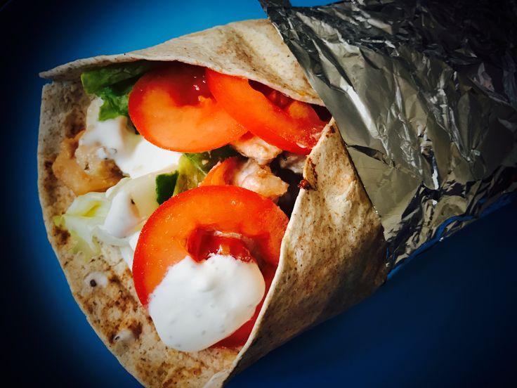 Jednoduché a svěží jídlo jako je tortila s kuřecím masem a zeleninou. Připravit si ji můžete jak k obědu tak i k večeři. Zeleninu můžete využít jakou najdete v lednici a doplnit oblíbeným dresingem.