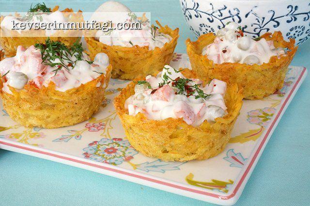 """Patates Çanakları Tarifi - Malzemeler : 2 adet orta boy patates, 1 yumurta, 2 yemek kaşığı <a href=""""http://www.kevserinmutfagi.com/koftelik-ekmek-kirigi.html"""">ekmek kırığı</a> veya galeta unu, 2 yemek kaşığı parmesan veya kaşar rendesi, Tuz, Karabiber, 1,5 su bardağı garnitür, 1 adet közlenmiş biber, 1/2 su bardağı yoğurt, 2 yemek kaşığı mayonez, 1 diş sarımsak."""
