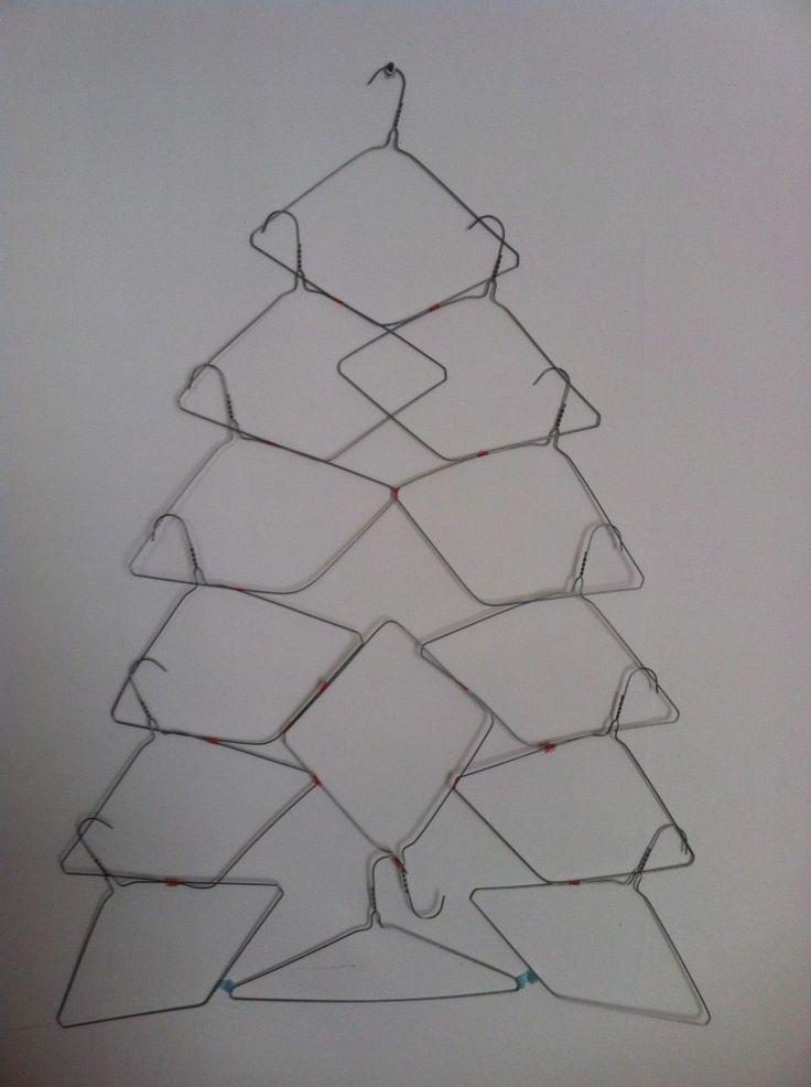 χριστουγεννιάτικο δέντρο τοίχου από κρεμάστρες1