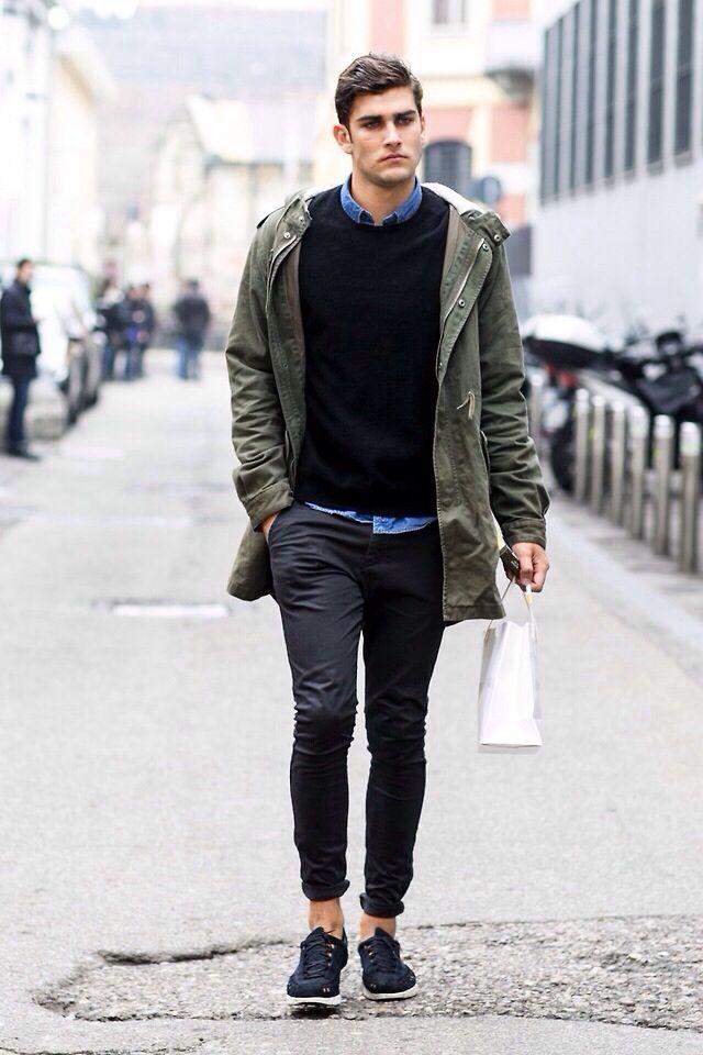 zwarte trui, zwarte broek, zwarte schoenen + Accent: lichtblauw hemd