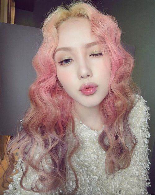 Pink hair / Pony... She's so pretty in this photo!!