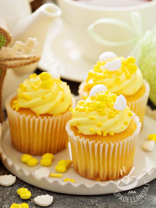 Cupcakes with lemon cream - Cupcakes alla crema di limone: ecco i dolcetti americani più fashion e golosi del mondo. Coloratissimi e decisamente raffinati, in questa versione!